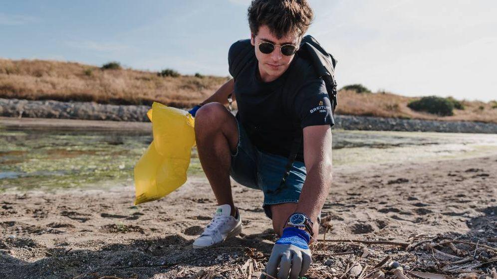 Foto: El influencer Joan Palà durante la limpieza de playas con motivo del Día Mundial de los Océanos. (Imagen: Breitling/Cortesía)