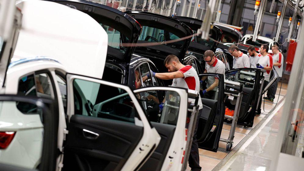 Foto: Trabajadores de la cadena de montaje de SEAT en Martorell. (Reuters/Albert Gea)