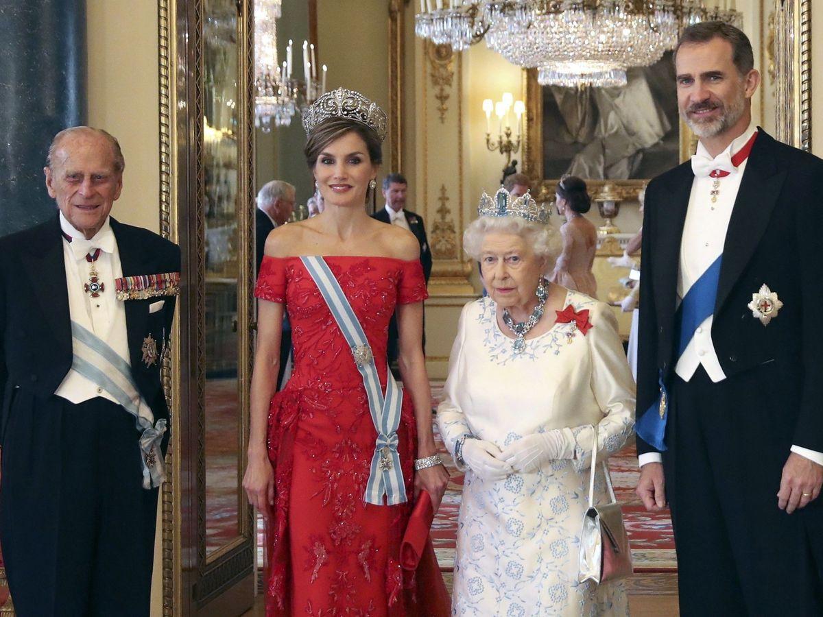 Foto: Los Reyes de España, con la reina Isabel y Felipe de Edimburgo en 2017. (EFE)