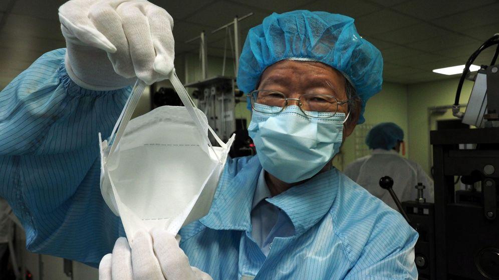 Foto: Un médico taiwanés coloca una mascarilla en una imagen de archivo. (Reuters)