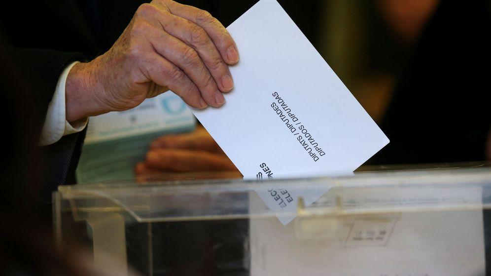 Foto: Un hombre vota en Cataluña. (Reuters)