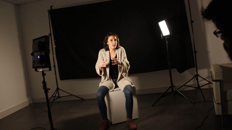 Foto: Irene Montero durante la entrevista con El Confidencial. (Foto: Enrique Villarino)