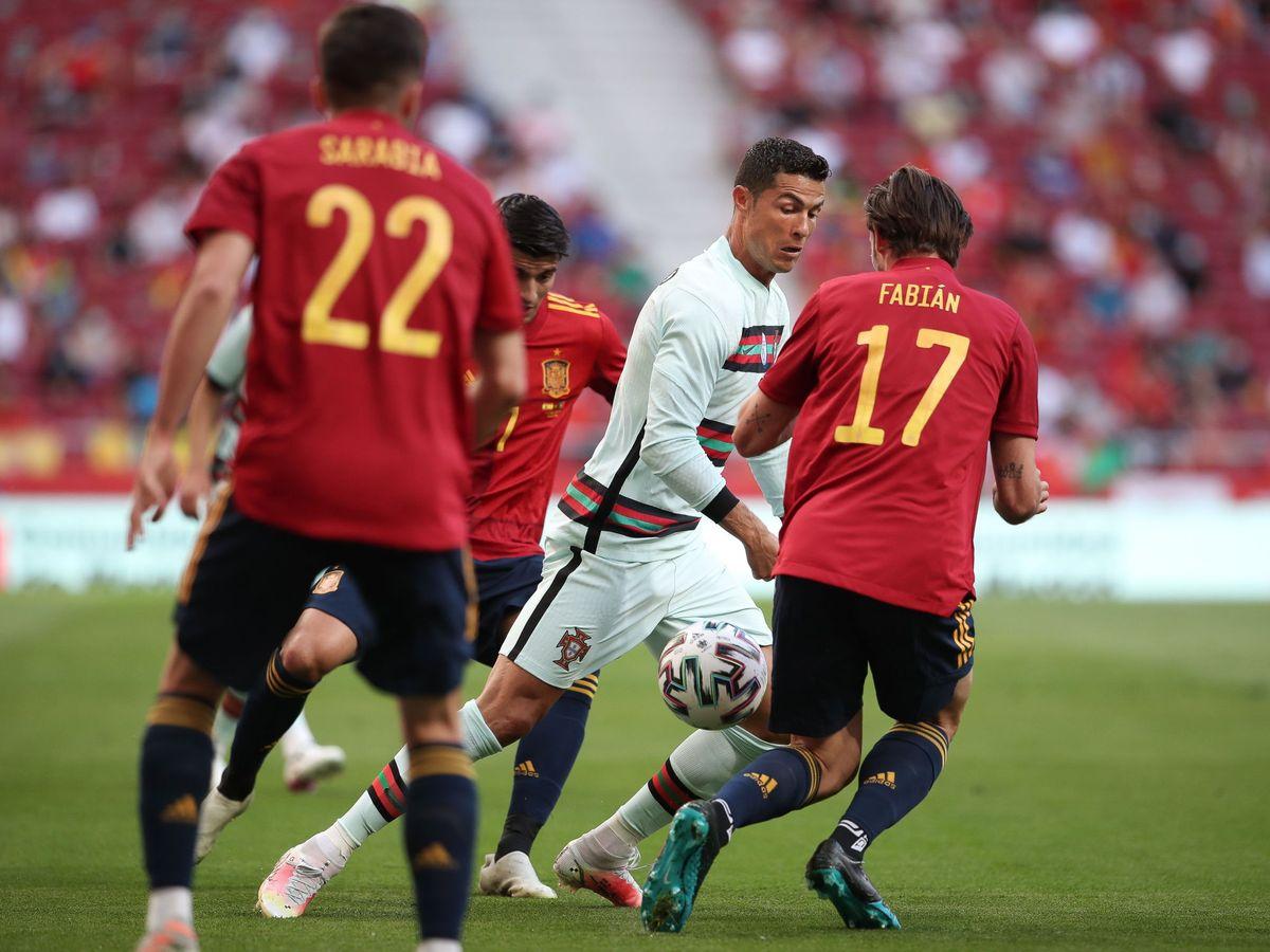 Foto: Cristiano, presionado por los españoles (Efe)