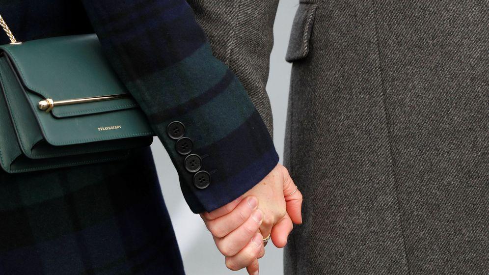 Foto: Meghan Markle con su bolso de Strathberry cogiendo la mano de su prometido. (Reuters)