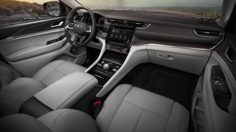 En la imagen, el interior del Jeep Grand Cherokee L ya conocido, dotado de motores de gasolina. Pero en el Grand Cherokee de cinco plazas y en su versión 4xe el aspecto debería ser muy similar.