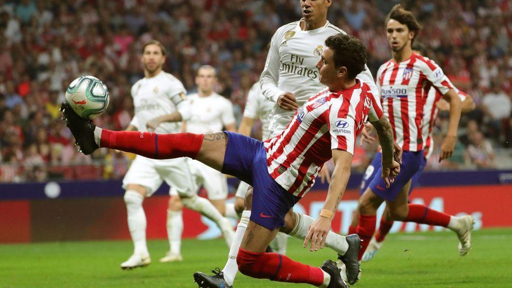 Foto: José María Giménez disputando un balón a Raphael Varane en el último partido del Atlético de Madrid. (EFE)