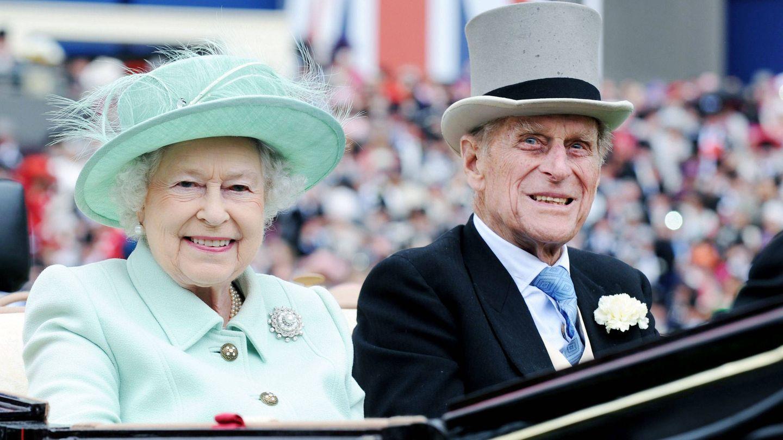 Isabel II con su marido, Felipe de Edimburgo. (EFE)
