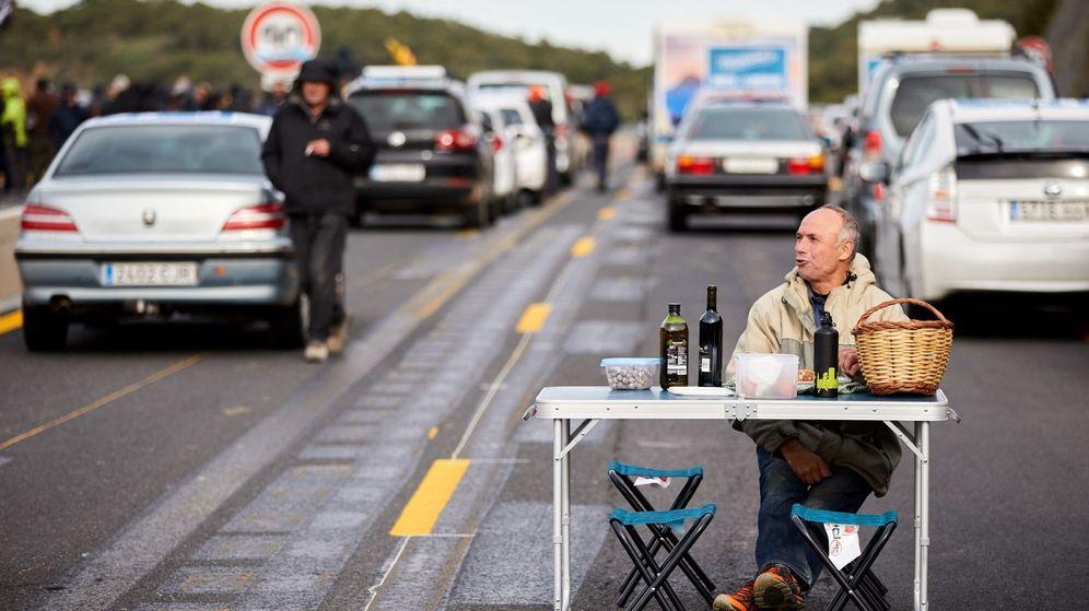 Foto: Un manifestante durante el bloqueo de la autopista que enlaza España y Francia . (EFE)