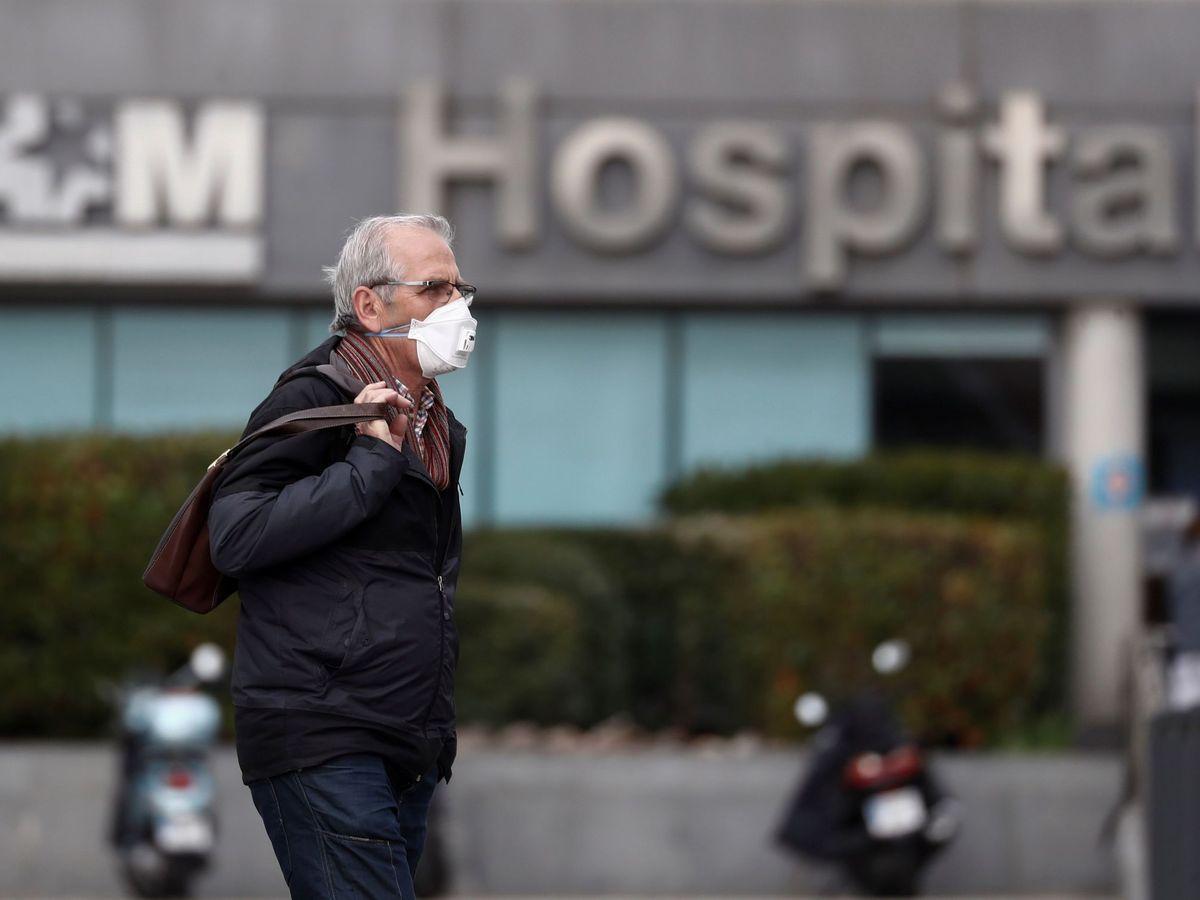 Foto: Un hombre protegido con una mascarilla llega al hospital La Paz. (EFE)