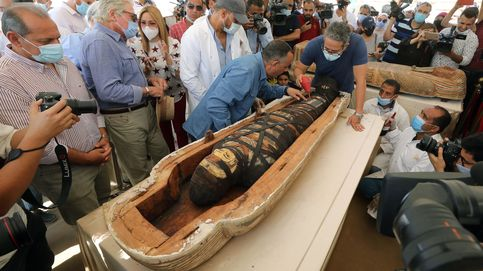 Abren en directo uno de los 59 sarcófagos de hace 2.600 años hallados en Egipto