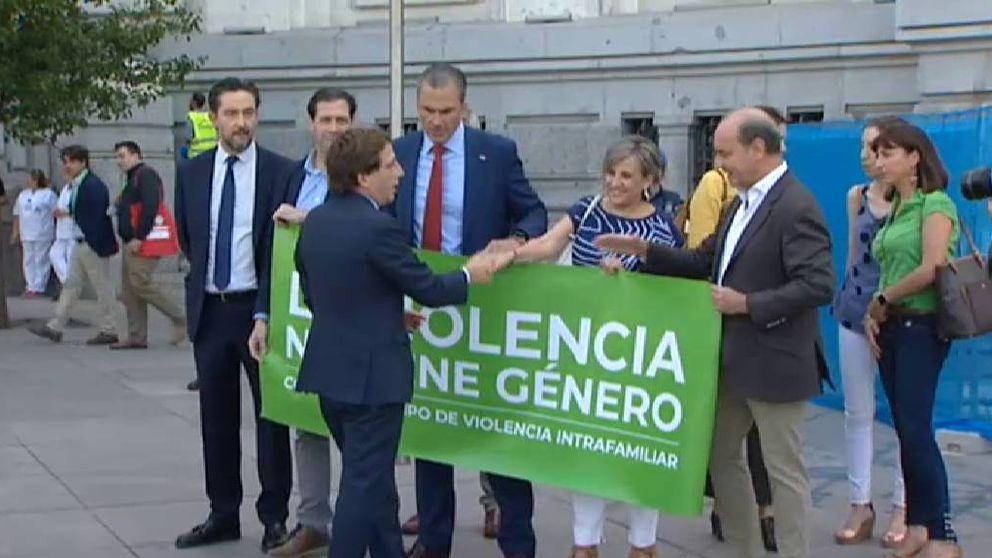 Rifirrafe entre Almeida y Ortega Smith por las pancartas contra la violencia de género