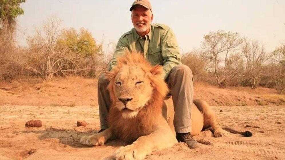 Foto: Guy Gorney, posando con el león que acababa de matar (Foto: Facebook)