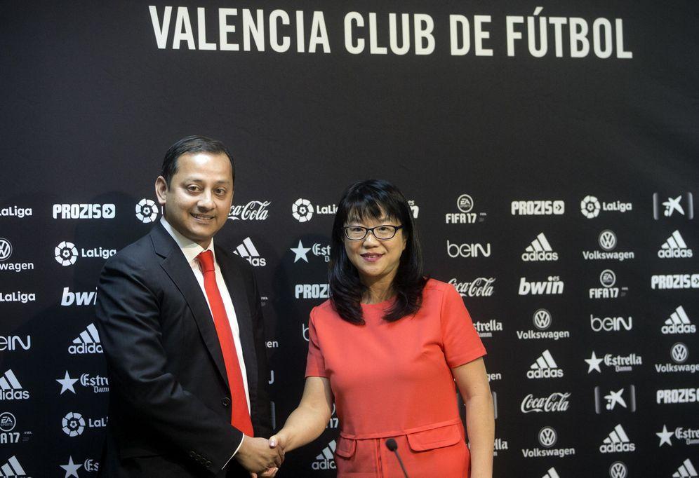 Foto: Layhoon Chan junto a Anil Murthy, el nuevo presidente del Valencia a partir de julio. (EFE)
