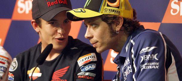 Foto: Márquez dialoga con su ídolo Valentino Rossi (Efe).