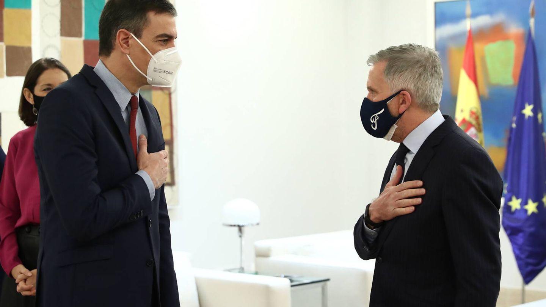 Pedro Sánchez y el presidente de Ford Europa, Stuart Rowley, en la Moncloa.