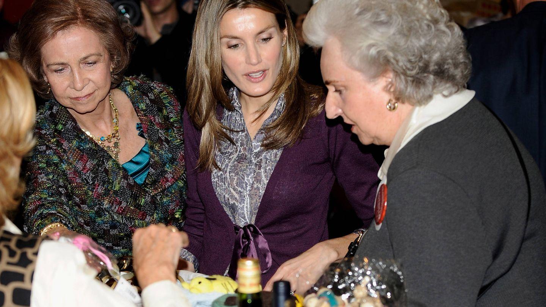 Letizia y Sofía visitan el mercadillo junto a Pilar en 2009. (Getty)