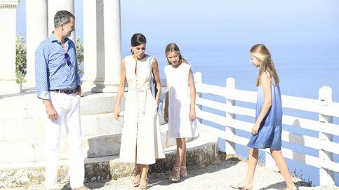 Letizia y Felipe, última foto en Mallorca: conjuntados, con sus hijas y mirando al mar