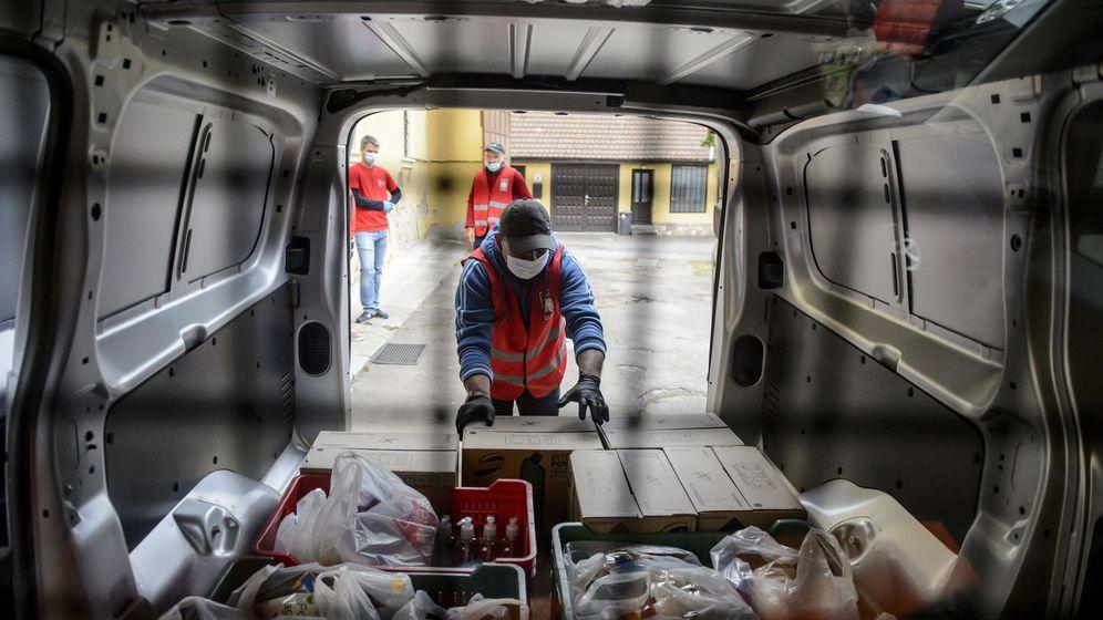 Foto: Miembros de Cáritas repartiendo alimentos. (EFE)