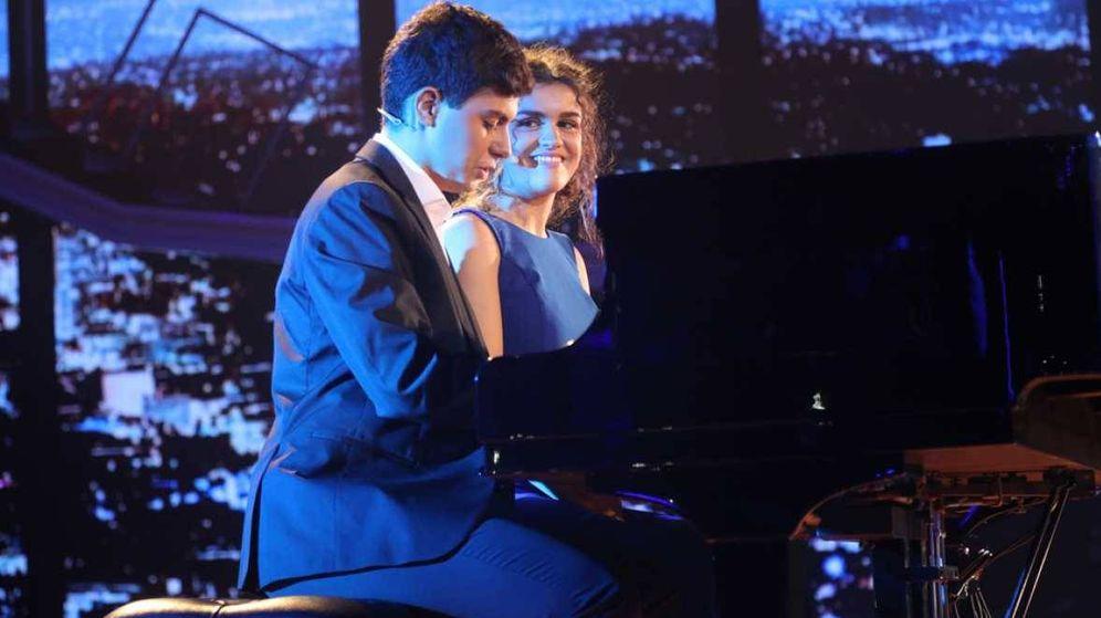 Foto: Amaia y Alfred tocan el piano durante su actuación en 'Operación Triunfo 2017'. (RTVE)