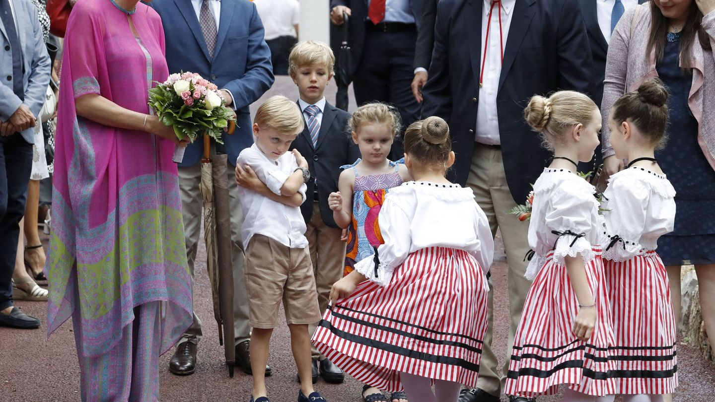 Alberto y Charlène de Mónaco con sus hijos en el picnic de Mónaco. (EFE)