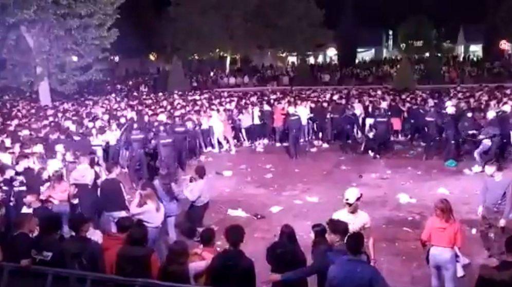 Foto: Uno de los momentos en que la Policía intervenía en el recinto. (Twitter)