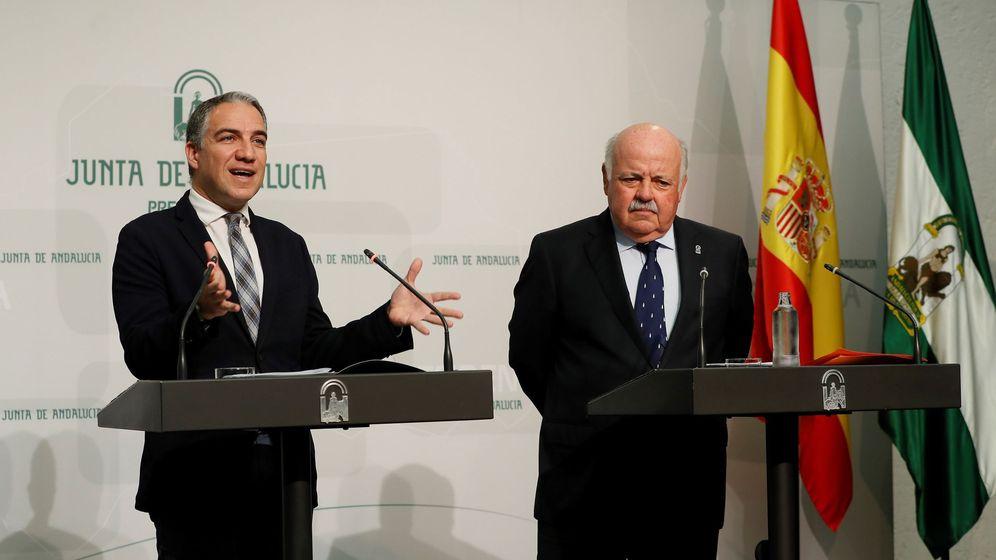 Foto: El consejero andaluz de Presidencia, Elías Bendodo, junto al consejero de Salud, Jesús Aguirre. (EFE)