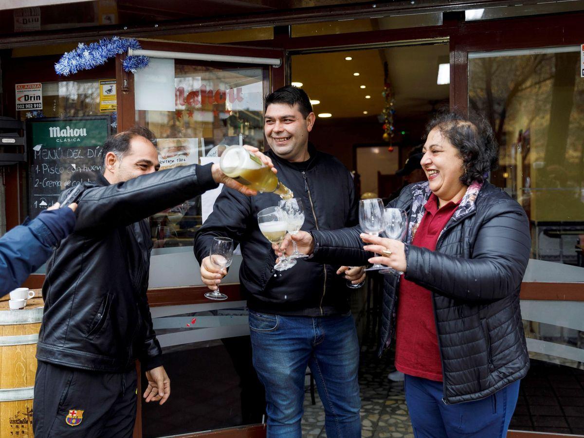 Foto: Celebración de un premio de la Lotería de Navidad (EFE)