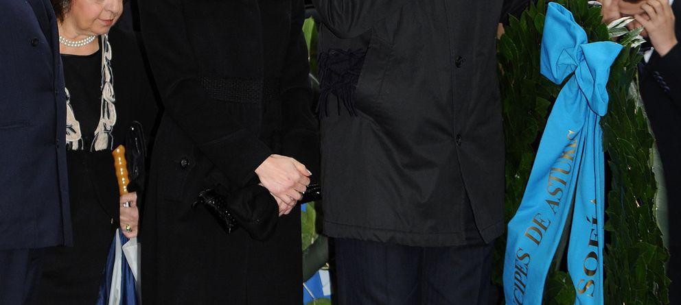 Foto: La reina Sofía, junto a las infantas, asiste en Grecia al documental en memoria de su padre