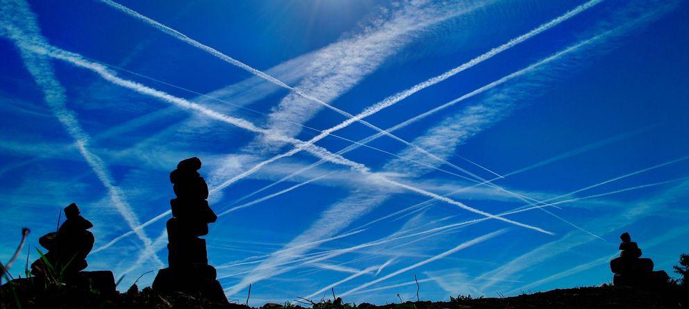 Foto: Estelas de aviones en el cielo