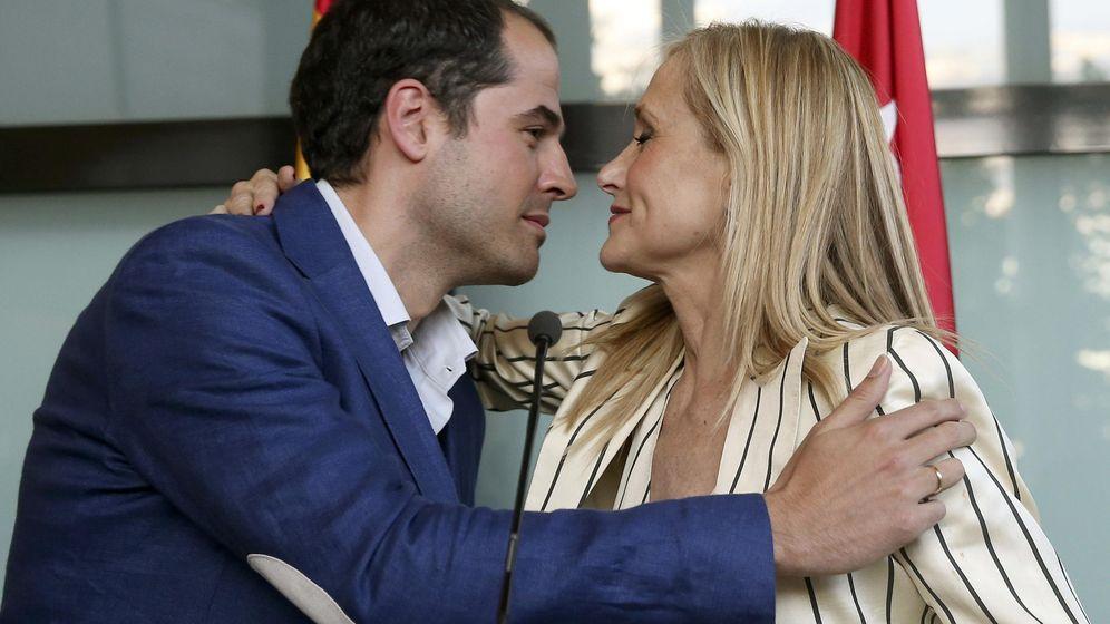 Foto: Ignacio Aguado, de Ciudadanos, con Cristina Cifuentes. (EFE)