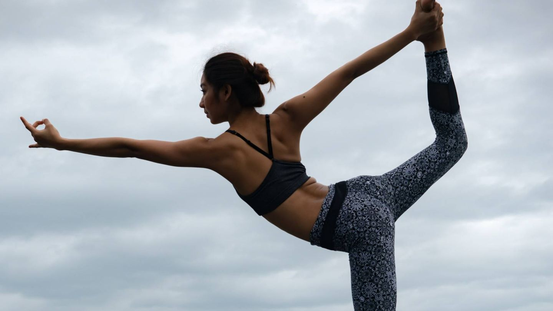 Acelera tu metabolismo y adelgaza con el yoga. (Sippakorn Yamkasikorn para Unsplash)