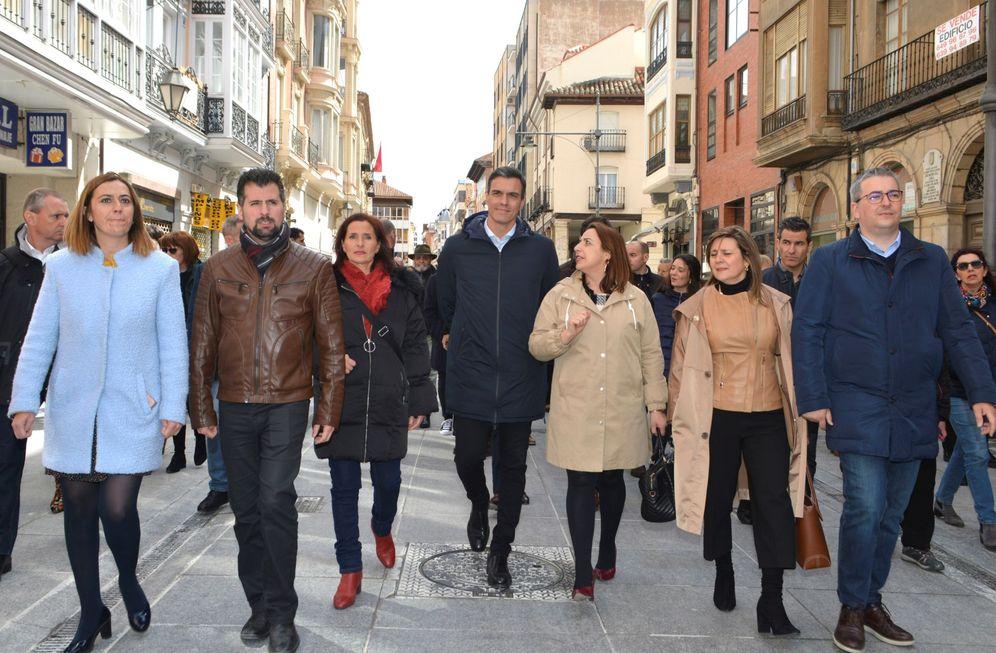 Foto: Pedro Sánchez, este 9 de abril, durante un paseo electoral en Palencia. (EFE)