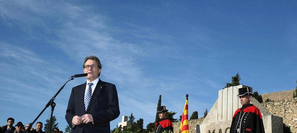 Foto: El presidente de la Generalitat, Artur Mas, ante la tumba de Francesc Macià. (EFE)