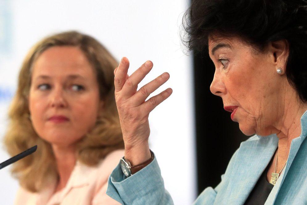 Foto: La portavoz del Gobierno en funciones, Isabel Celaá, con la ministra de Economía, Nadia Calviño, este 2 de agosto. (EFE)