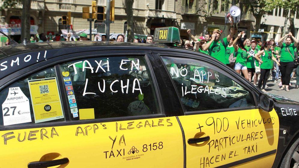 Foto: Un taxi, con mensajes de protesta en contra de los vehículos VTC. (EFE)