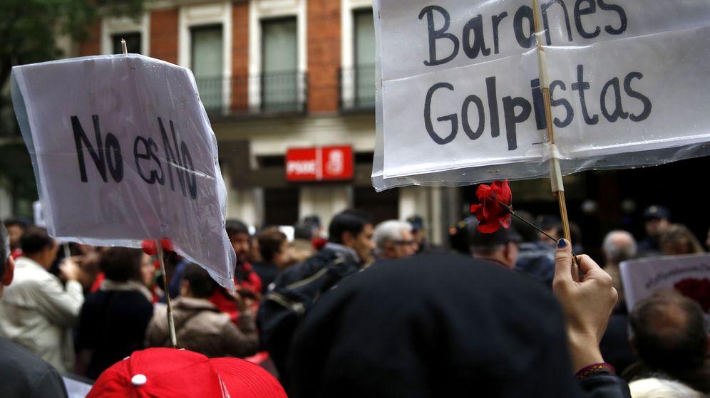 Foto: Centenares de personas se manifestaron en octubre frente a la sede de Ferraz para pedir el no a la investidura de Rajoy. (EFE)