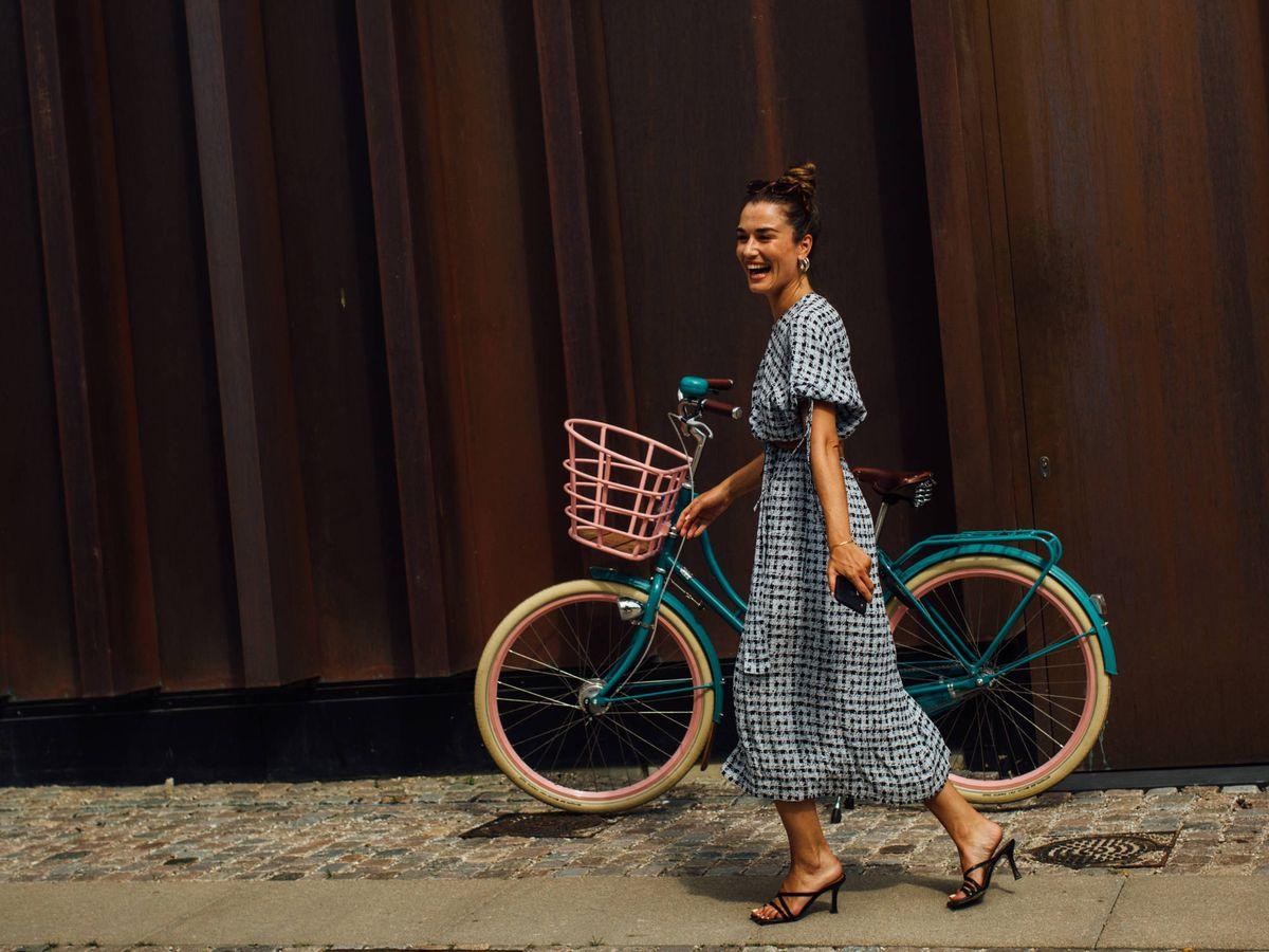 Foto: Descubre cuáles son los vestidos que triunfan en el street style. (Imaxtree)