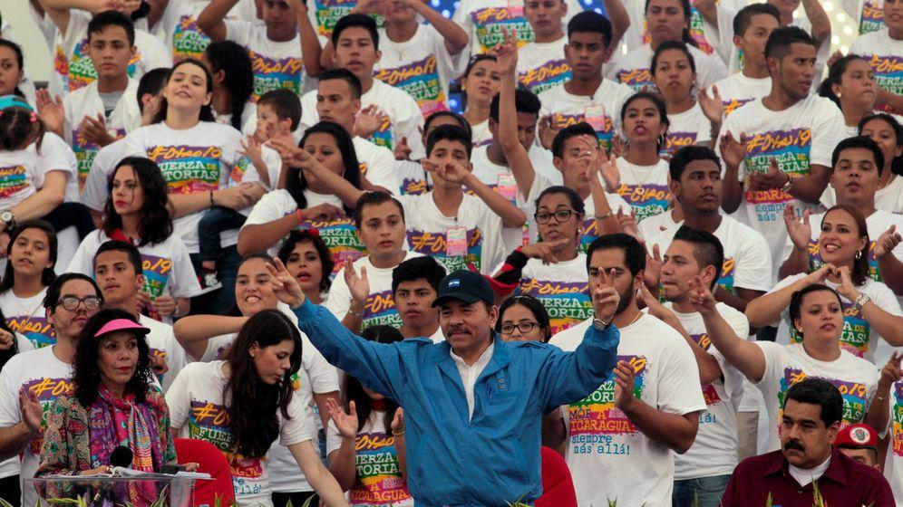 Foto: El presidente Daniel Ortega saluda a sus partidarios durante el 37º aniversario de la Revolución Sandinista en Managua, el 19 de julio de 2016 (Reuters)