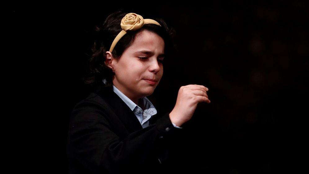 Foto:  Carla García Villnueva sostiene emocionada la bola del número 03.347 (EFE)