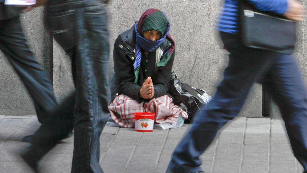 Foto: Una mujer sin techo en el centro de Helsinki, julio de 2008. (Reuters)