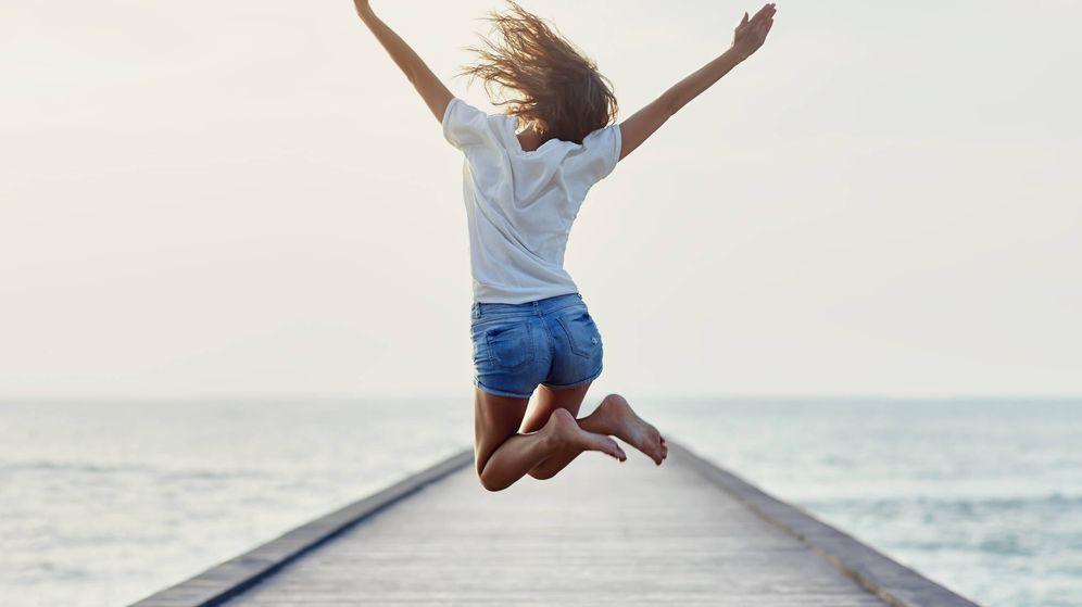 Foto: Una chica saltando de felicidad. (iStock)