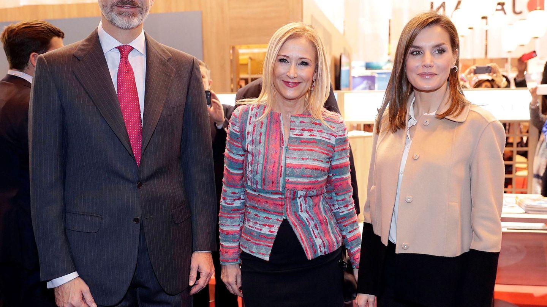 Cristina Cifuentes, con los Reyes en Fitur. (EFE)