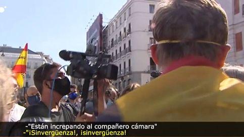 Detractores de Sánchez rodean e increpan a un cámara de 'Cuatro al día'