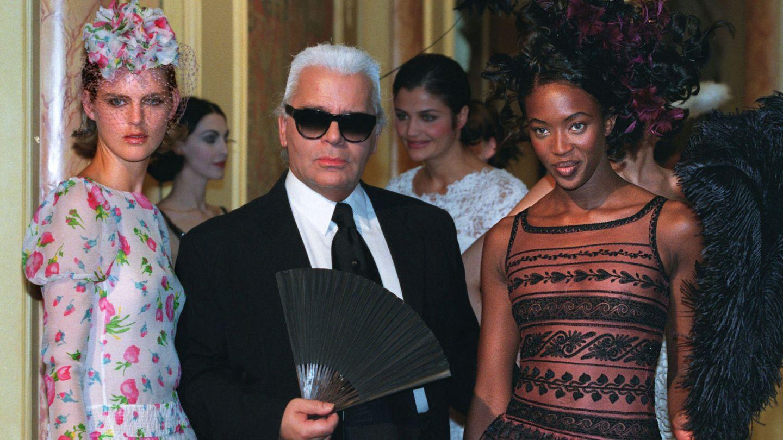 Karl Lagerfeld, con las supermodelos británicas de los años 90 después de un show. (Reuters)