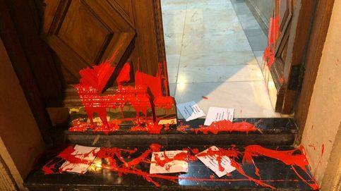 Varios radicales arrojan pintura y pasquines proetarras a la casa de la líder del PSE