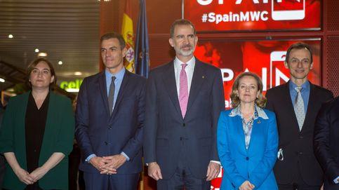 Torra deja plantado al Rey y a Sánchez en la foto de familia del 'stand' de España