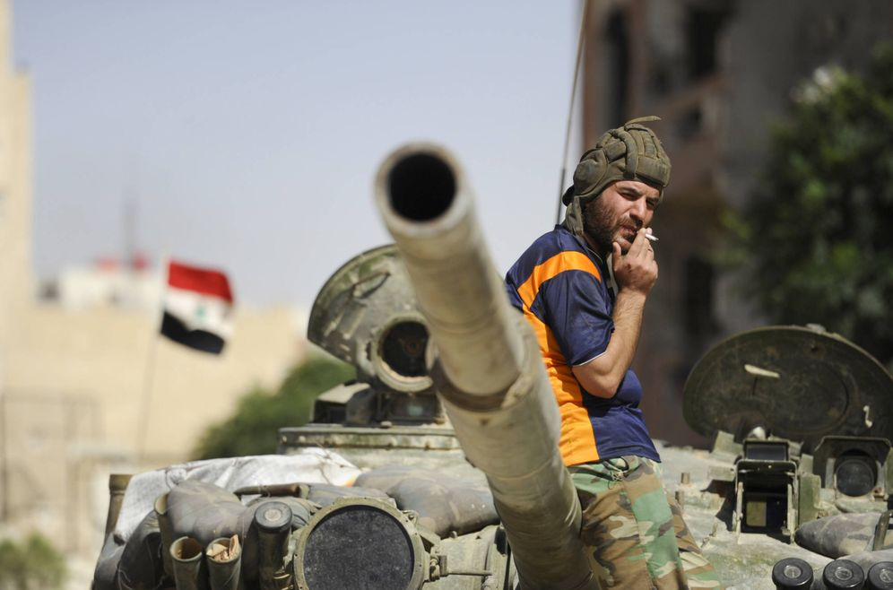 Foto: Un soldado del Ejército sirio leal a Bashar Al-Assad fuma sobre un tanque en Adra al-Omalia. (Reuters)