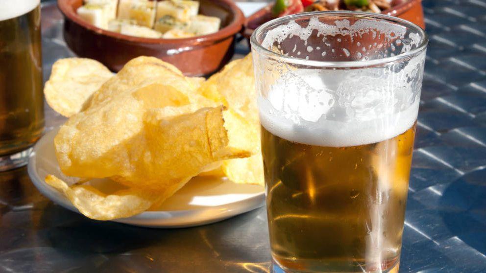 Así te engañan algunos bares: el truco de la cerveza grande y pequeña para ganar dinero