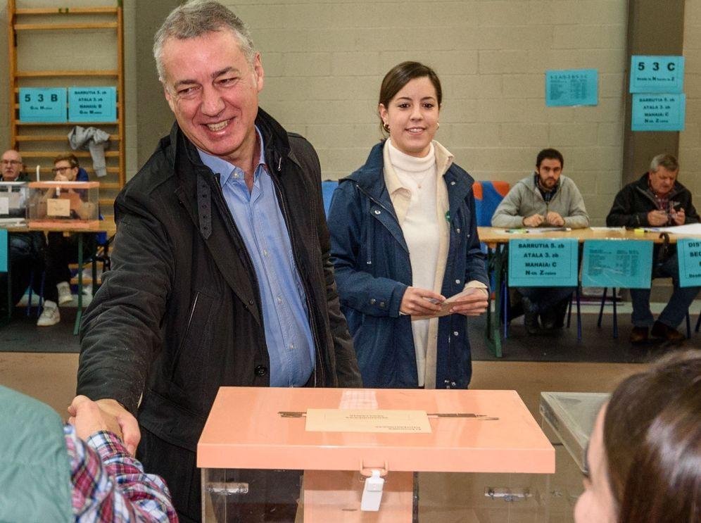 Foto: Urkullu da un apretón de manos a un integrante de la mesa tras votar en unas elecciones. Esta imagen no podrá darse en las elecciones vascas del 12 de julio. (EFE)