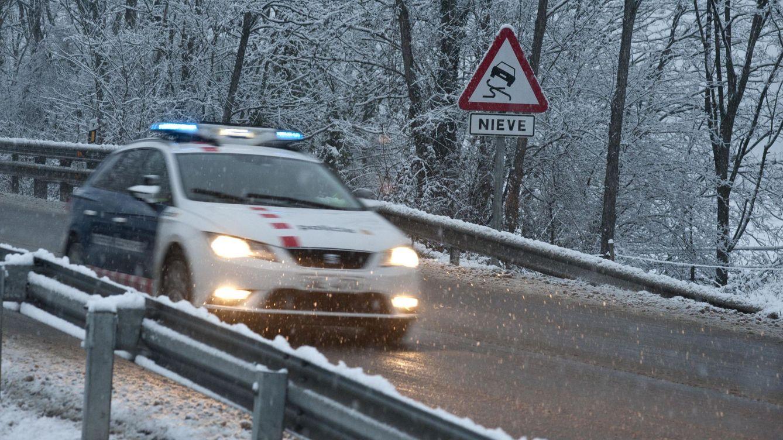 Foto: Aspecto de la carretera N-260 entre Olot y Ripoll, una de las zonas de Cataluña en las que ha nevado. (EFE)